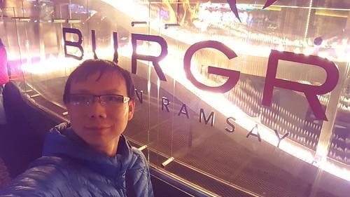 เซลฟี่กับป้ายชื่อร้าน Gordon Ramsay Bur GR