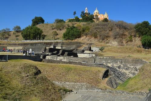 La iglesia y los restos de las construcciones prehispanicas. Cholula