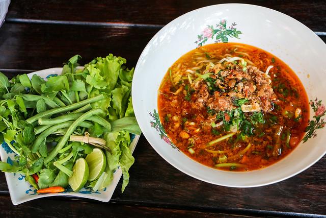 "Famous Lao noodles ""Khao soi"", Luang Prabang, Laos ルアンパバーン、日本人に有名な店「ナーンベー・サブロー」のカオ・ソーイ"