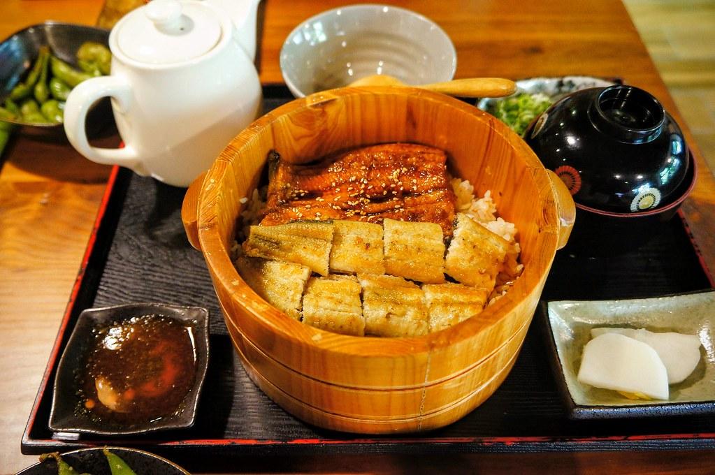 僕燒鰻三重奏,上頭有二種鰻魚,一種白燒一種蒲燒,旁邊還有一壺茶可以變成茶泡飯喔