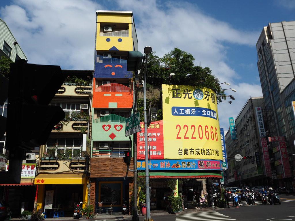 台南のお茶目なビル