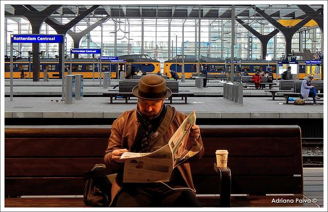 Roterdã Holanda Países Baixos holandeses Europa europeus estações de trem leitor leitores de jornal transporte ferroviário ferroviária Fotos por Adriana Paiva