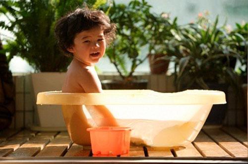 Nắng nóng gây nguy hiểm tới tính mạng trẻ như thế nào 1