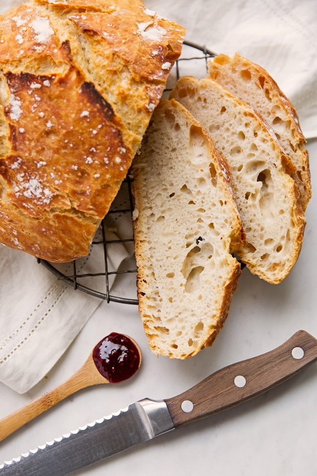 No-Knead Dutch Oven Bread - this recipe requires just 4 simple ingredients! And even the most amateur bread maker can make this! #dutchovenbread #artisanbread #nokneadbread | Littlespicejar.com @littlespicejar