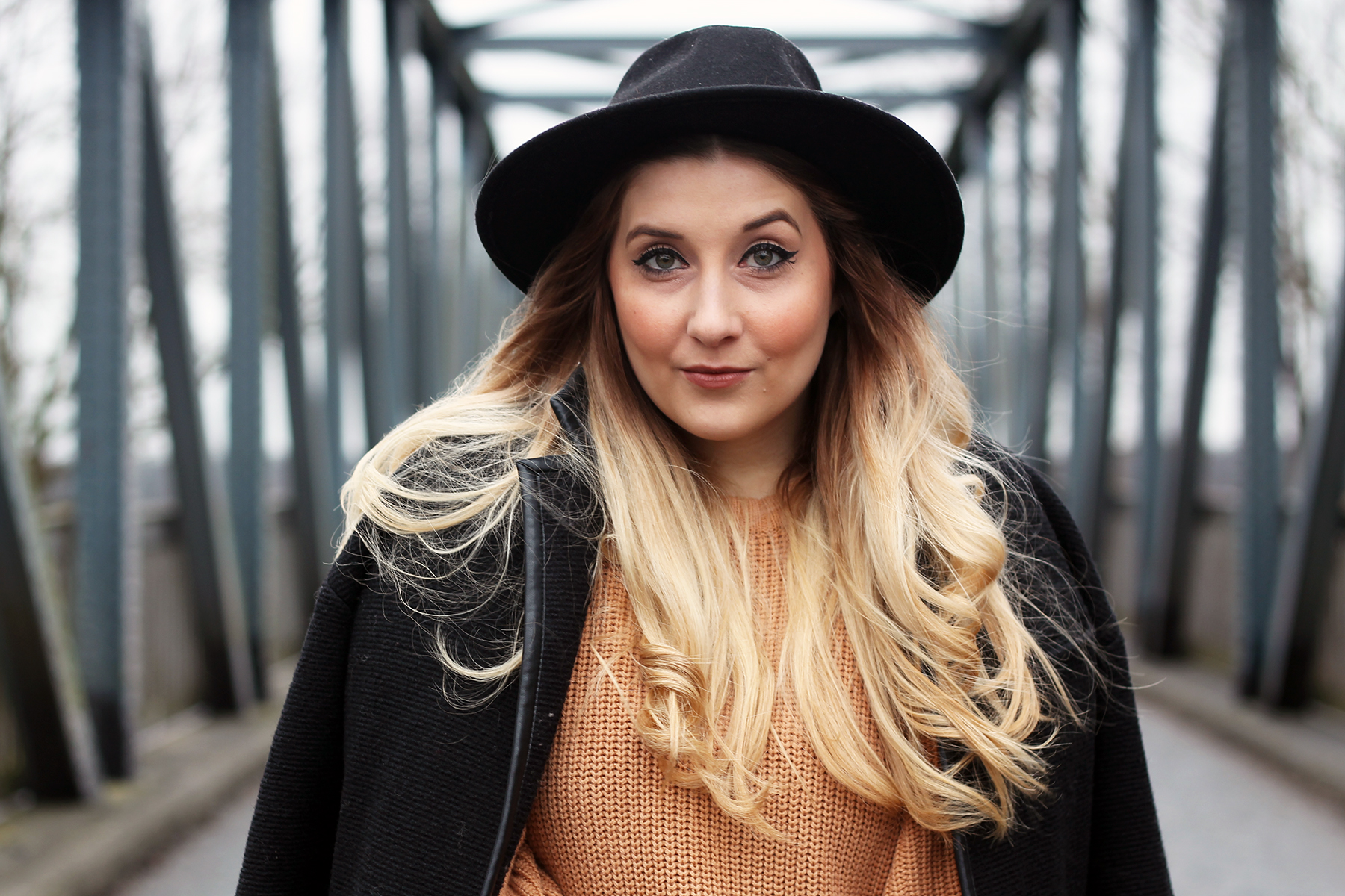 outfit-modeblog-fashionblog--hut-ombre-haare-locken-pullover-edited
