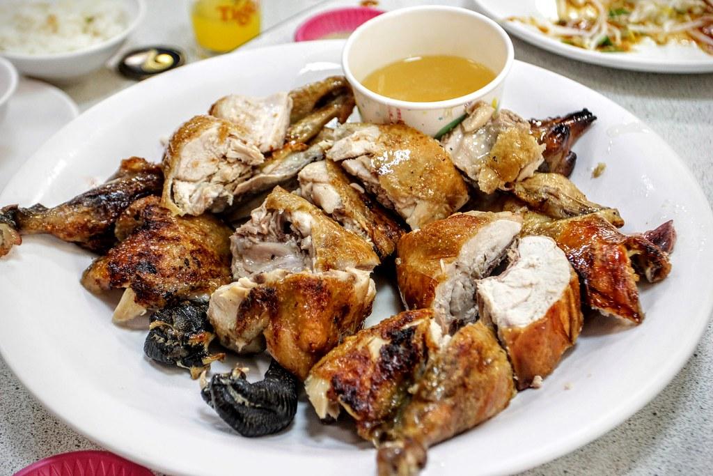 甕缸雞,旁邊放著是雞油