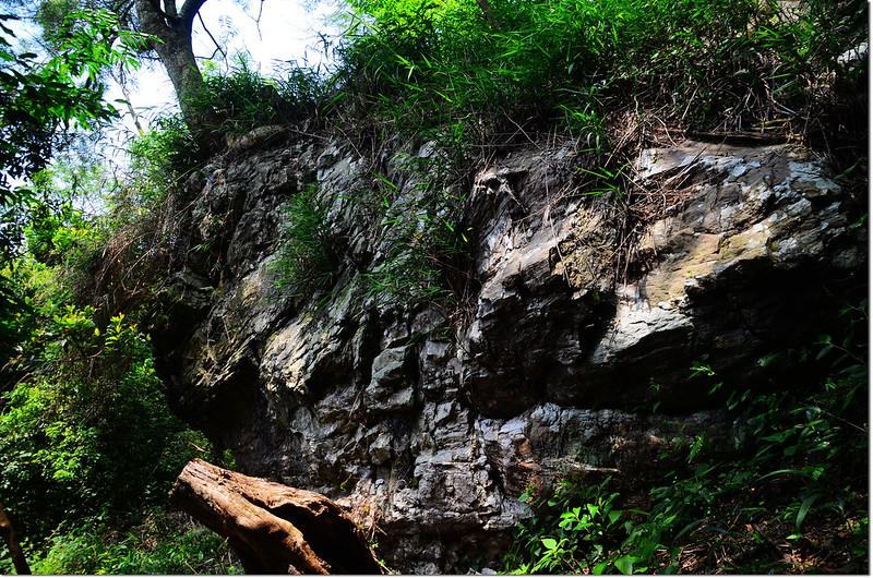 久保山南峰登山途中巨石
