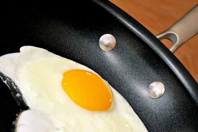 huevo frito en una sartenes de titanio