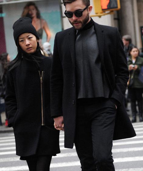黒チェスターコート×黒カットソー×黒パンツ