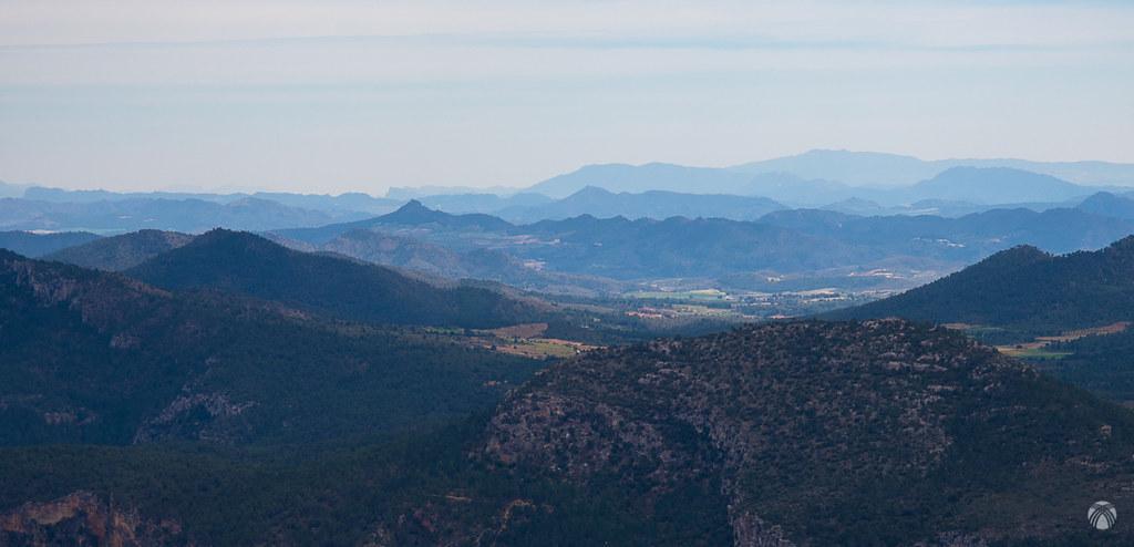 En la cumbre del Padrastro. Vistas hacia Levante: Ricote, sierra del Oro, Atalaya, Almorchón, etc.