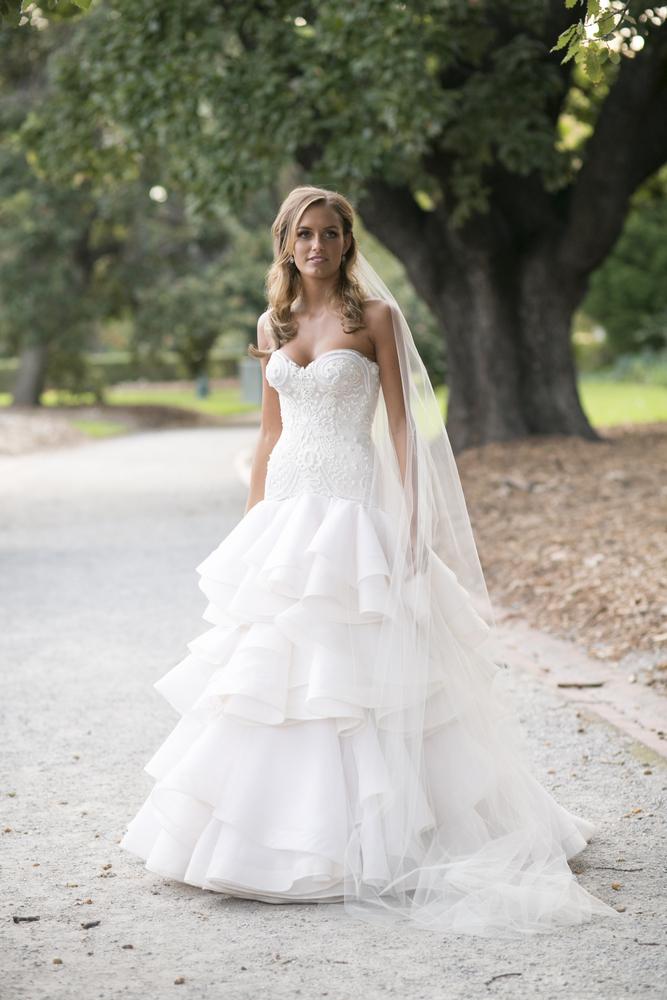 Jane Hill wedding dress for a glamour Wedding in Melbourne | Photo by Blumenthal Photography. | I take you - UK wedding blog #elegantwedding