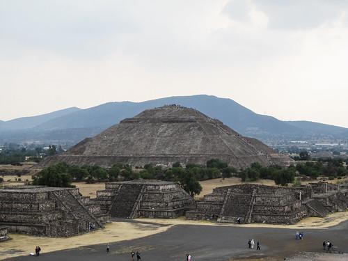 Teotihuacan: vue sur la Pyramide du Soleil depuis la Pyramide de la Lune