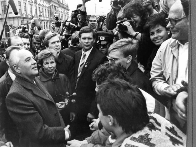 Secretarul_general_sovietic_in_Berlin_1989_romaniabreakingnews_ro