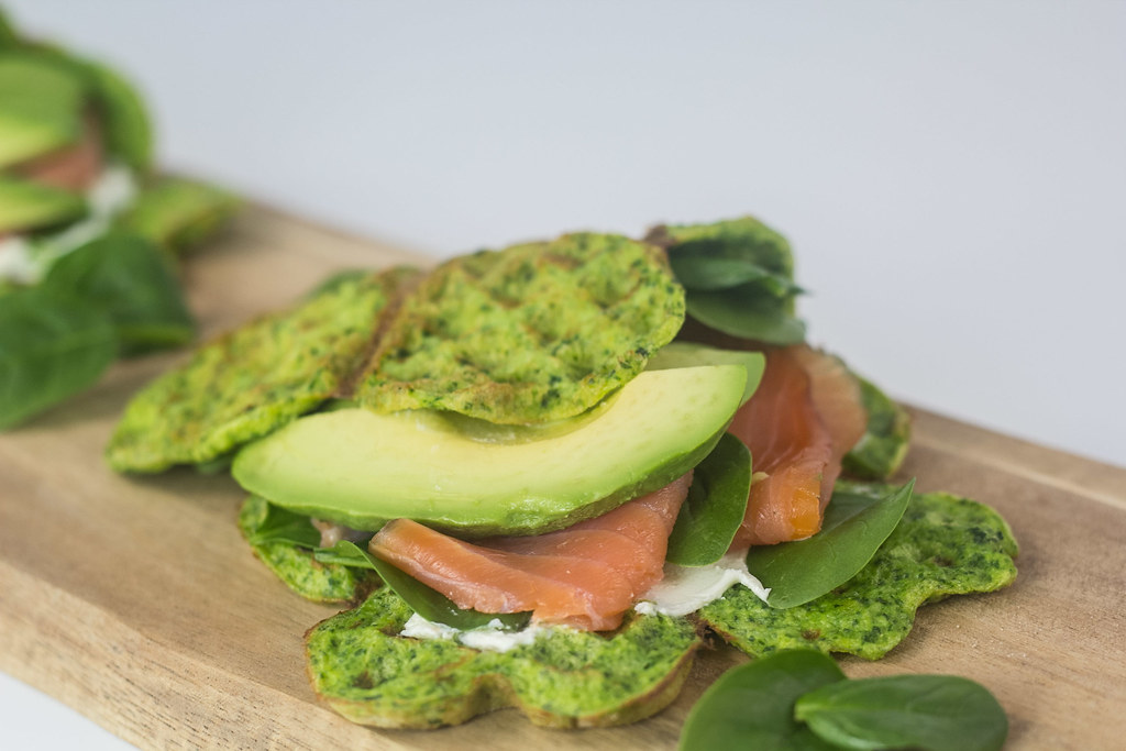 Spinatvafler med laks og avokado
