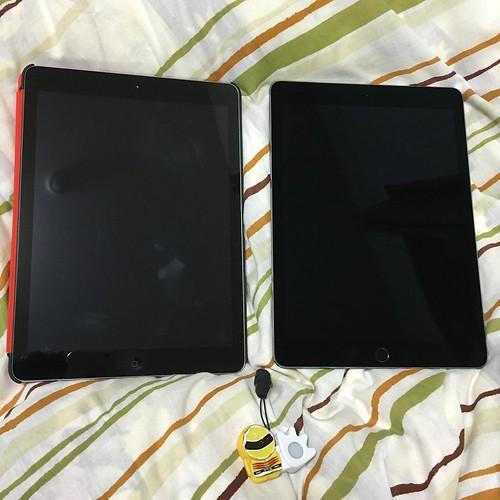 iPad Pro 9.7インチとPad Air を並べてみた。ホームボタンで区別できます。