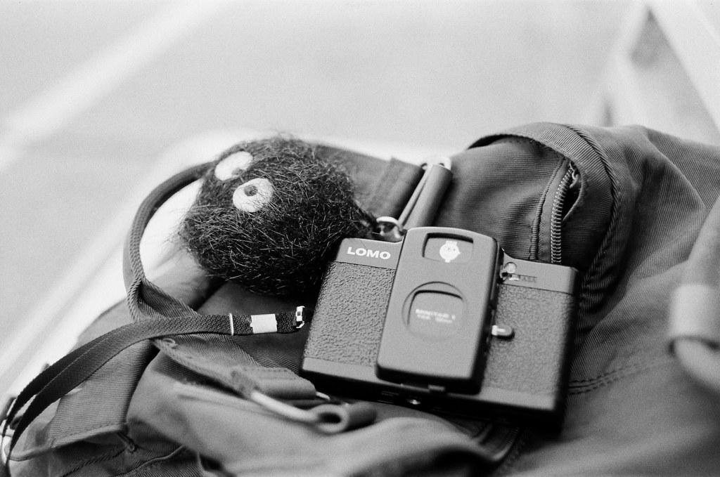 南濱公園 花蓮 Hualien, Taiwan / Kodak TRI-X 400 / Nikon FM2 我記得那時候跑去花蓮坐在南濱公園的椅子上看海,看著看著睡著了,想到以前當兵的時候都會從花蓮港一路跑到這邊,只為了看更開闊的海。  突然想起旅行的時候,黑木炭也陪我走了好多地方,每次有人看到我包包上的黑木炭都會一把抓來玩,但大部分都會說它的毛很粗糙,叫我回去要幫它潤髮一下。  我心想,這一洗,應該是直接掉毛。  Nikon FM2 Nikon AI AF Nikkor 35mm F/2D Kodak TRI-X 400 / 400TX 3123-0035 2016-02-07 ~ 2016-04-04 Photo by Toomore