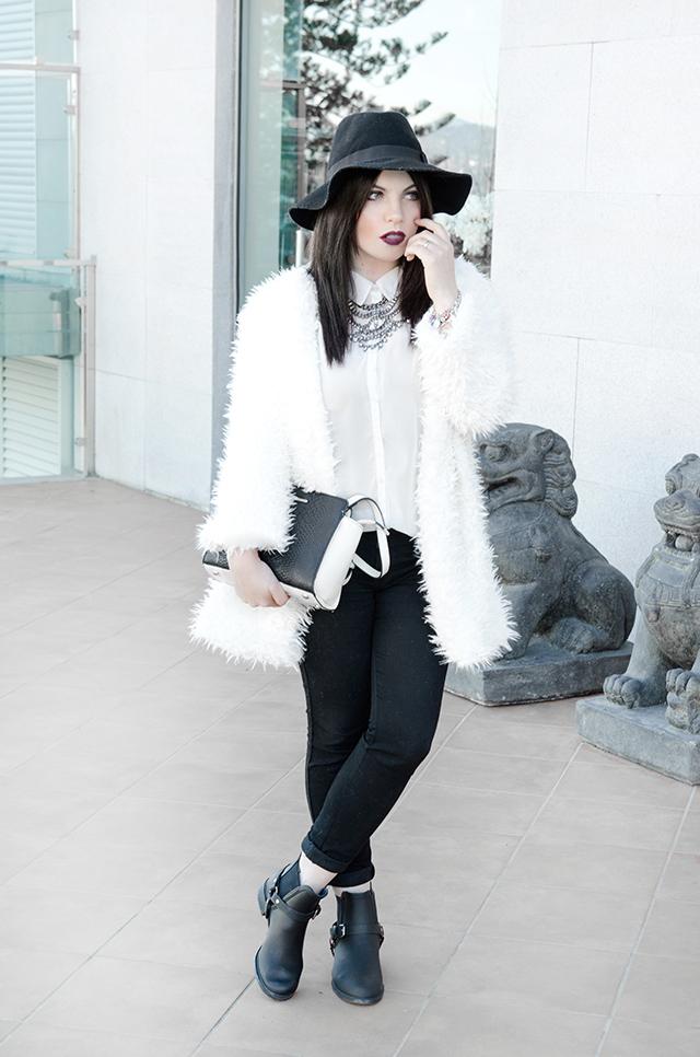 Cómo llevar un abrigo de pelo si eres bajita