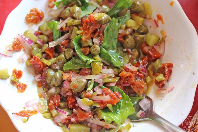 Merluza en papillote con vinagreta de alcaparras, tomates secos y albahaca (9)