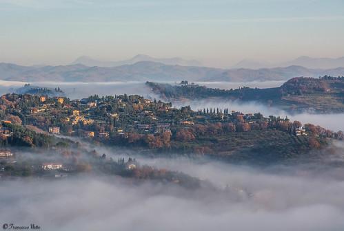 Vallate umbre nella nebbia