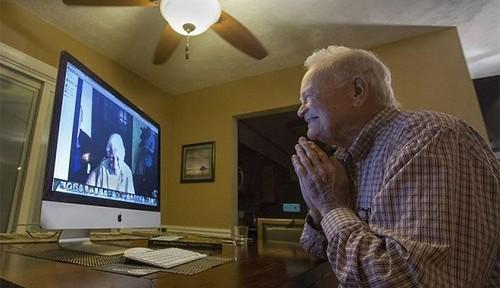 Norwood Thomas y JOyce Morris conversan en el ordenador