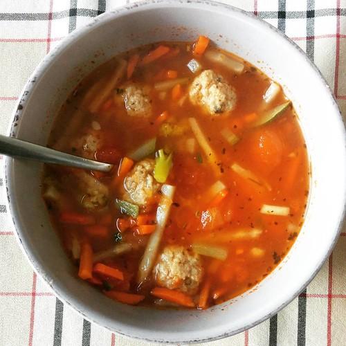 Tomatengroentesoep met ballen. 🍅 #lunchstagram #lunch #foodstagram #paleo #projectpaleo #projecthealthy #paleolunch