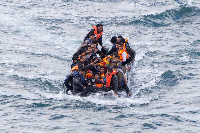 Bei schlechten Wetter gibt es Rabatt bei den Schleppern in der Türkei. Statt der üblichen Preise zwischen 1000 und 2000 Euro muss dann deutlich weniger gezahlt werden. Die Boote sind fast immer überfüllt und dadurch noch anfälliger für den Wellengang in der Ägäis.  Oktober 2015, Skala Sykamineas (Lesbos), Griechenland (Foto: Erik Marquardt)