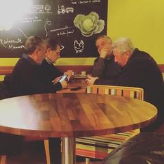 'Sti giovani d'oggi...con i loro cellulari e social...!'