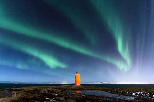 Aurore boréale et phare de Keflavik