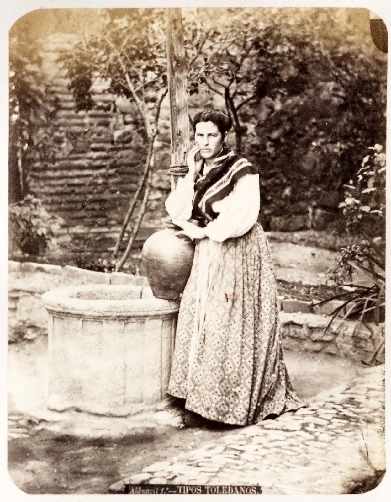 Una mujer en un patio de Toledo hacia 1879. Álbum de la National Gallery con fotos de Casiano Alguacil.
