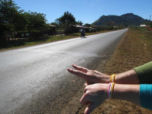 Plateau des Bolovens: nos bracelets porte-bonheur offerts par la mamy de notre guesthouse à Tad Lo