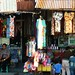 Bekleidungsangebote im Touristenort Kintamani auf dem Calderand; Bali, Indonesien (2)