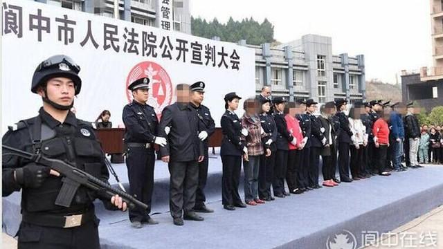 8名讨薪民工被公开审判获刑 曾挟警到市政府_资讯频道_凤凰网