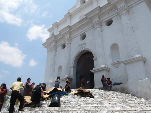 Chichicastenango: brûlage d'encens et négociations de fleurs sur les marches de l'église Santo Tomás
