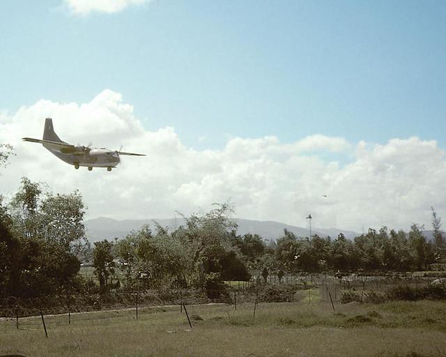Duc Pho Airfield (LZ Bronco) 1967 - Photo by Richard B Mayes - Plane Coming In - Phi trường Đức Phổ, tỉnh Quảng Ngãi