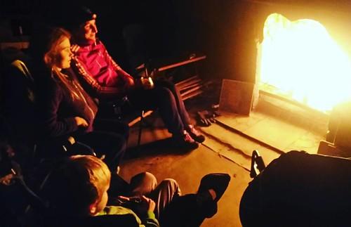 Kampvuurtje spelen aan de open haard van 't kot .... gezellig #openhaard #kampvuur