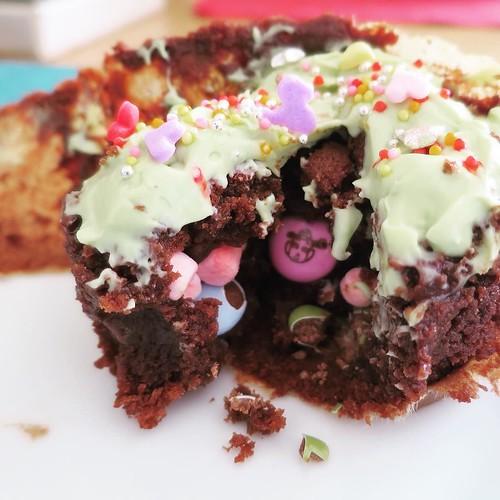 切ると、中からお菓子がたくさん。かくれんぼカップケーキ。