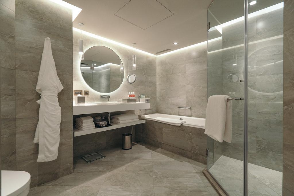 左边是马桶,右边则有独立淋浴室以及浴缸