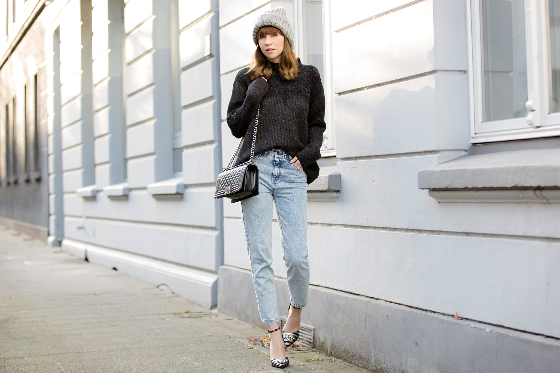 ootd outfit styling mom jeans momjeans pull&bear grey knit knitwear lace chanel chanel boybag leboy asos striped high heels glamour look relax cozy winter düsseldorf cats & dogs blog ricarda schernus fashionblogger 1