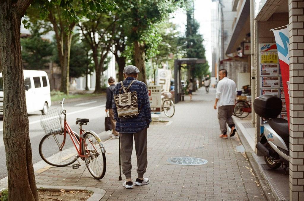 白川通 Kyoto / Kodak ColorPlus / Nikon FM2 2015/09/27 離開銀閣寺之後,我就還是一路沿著白川通往北走,經過京都造形芸術大学,最後在一乗寺塚本町的住宅區裡面隨意拍照,那時候沒有意識到再往北走一點就是一乗寺。  住宅區這裡很安靜,很安靜。我一點點的記得那時候我好像在想著,那個時候的妳,在台灣,正在做什麼呢?  Nikon FM2 Nikon AI Nikkor 50mm f/1.4S Kodak ColorPlus ISO200 0986-0030 Photo by Toomore