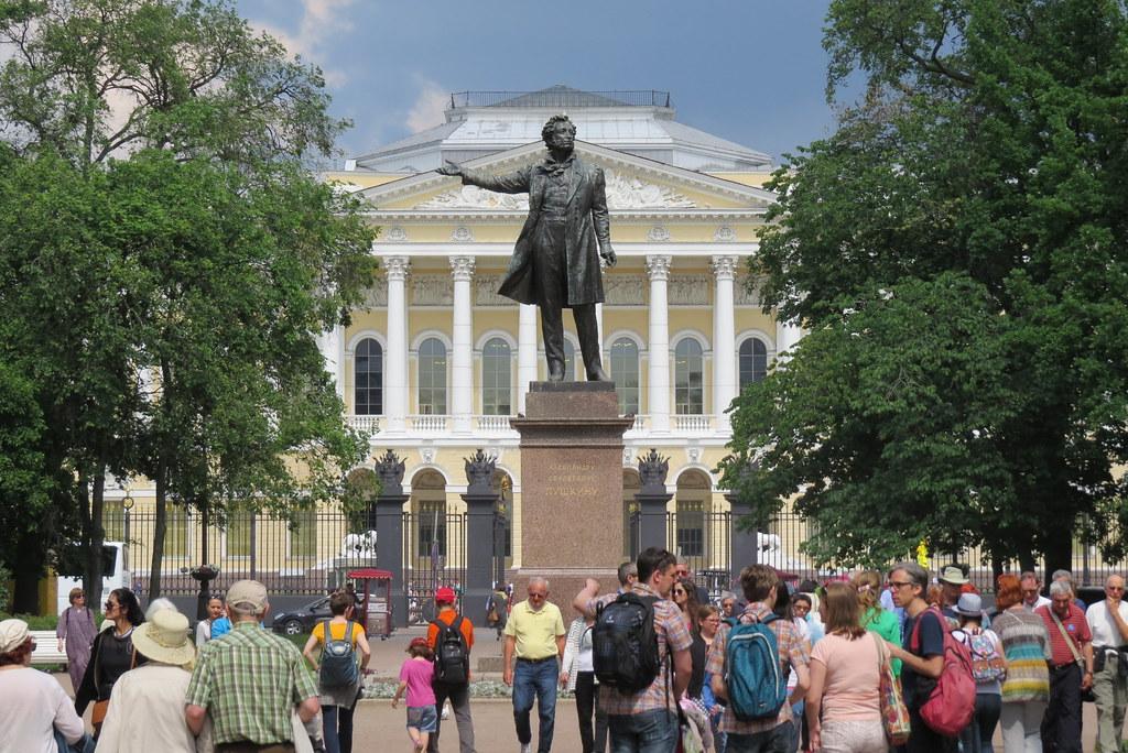 Памятник Пушкину перед Русским музеем.