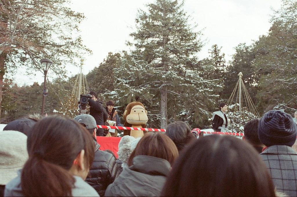 北海道神宮節分祭 Hokkaido, Japan / Fujifilm 500D 8592 / Nikon FM2 2016/02/04 北海道神宮節分祭,有對妖怪丟納豆的儀式,第一次搞懂原來丟納豆的祭典是怎樣的一回事,很新鮮。  那時候天空又飄起雪來,有點冷,站在那裡等很久,附近的居民慢慢聚集在舞台前,等到開始丟祈福的納豆時,大家都往前擠,有點恐怖!  不過真的還滿好玩的,這是這趟旅行第二次來到北海道神宮。  後來回到札幌車站附近的郵便局買明信片,看到電視在轉播各地的節分祭活動,稍微停下來看一下新聞,看看有沒有拍到我!  Nikon FM2 Nikon AI AF Nikkor 35mm F/2D Fujifilm 500D 8592 1114-0014 Photo by Toomore