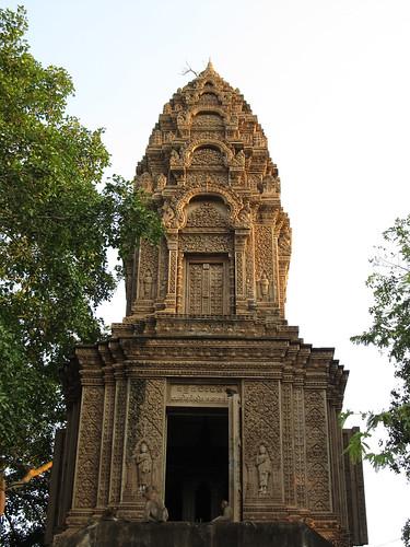 La campagne de Battambang: petit temple en haut de la colline Phnom Sampeu