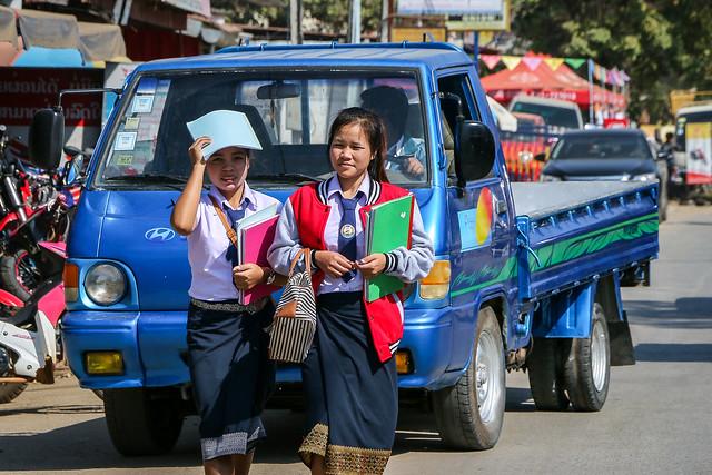 Walking school girls, Luang Prabang, Laos ルアンパバーンの女子高生たち