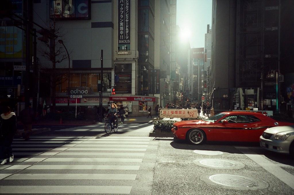 新宿花園一番街 Shinjuku, Japan / KODAK 500T 5219 / Lomo LC-A+ 2016/02/07 新宿花園一番街,上次是晚上來的,這裡很多小間的酒吧,要晚上九點以後店家才會陸續的營業。這次剛好來到新宿,所以過來看看白天沒有營業會是怎樣的景象。  那時候太陽快升到正上方,又剛好天氣很好,所以陽光很強烈的打出像是 spotlight 在街道上。  回來看照片,有點不像日本!  Lomo LC-A+ KODAK 500T 5219 V3 1118-0010 Photo by Toomore
