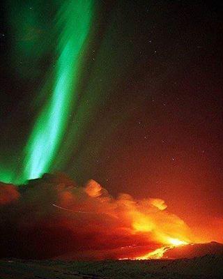 Aurora boreale ed eruzione vulcanica in Islanda! Spettacolo!  Aurora Borealis and the volcanic eruption in Iceland! Show!  #aurora #auroraboreale #Islanda #vulcano #space #astronomy #astronomia #space #fire #nature #natural