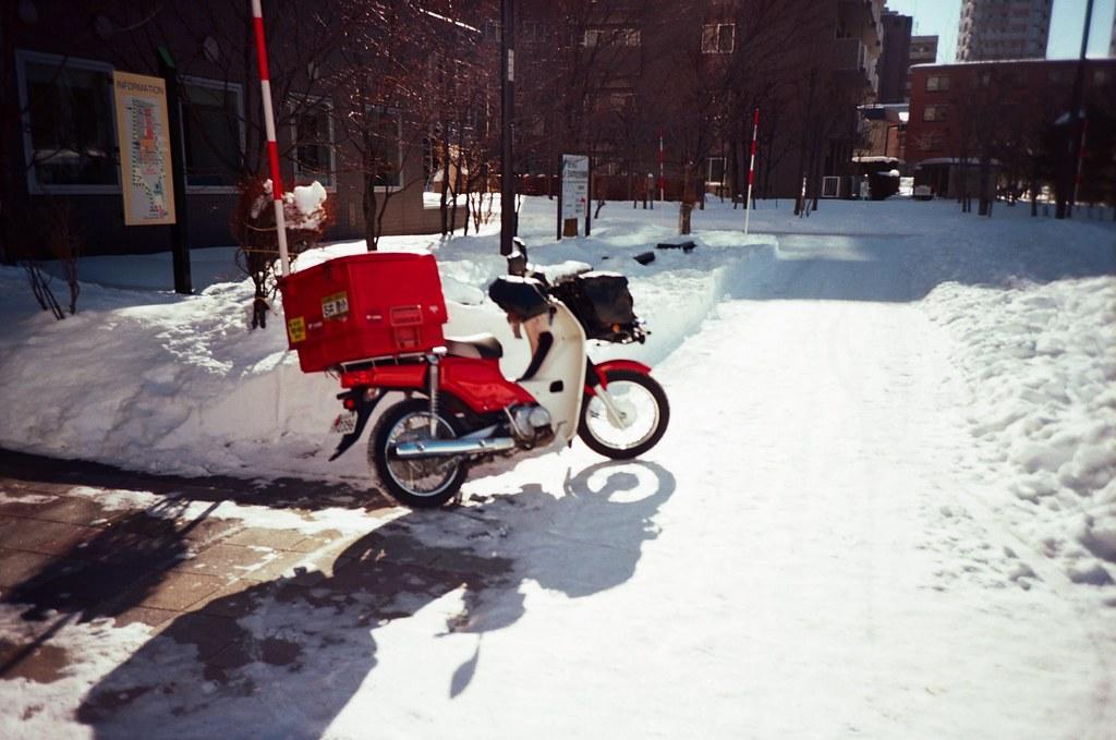 學園前 札幌 北海道 Sapporo, Japan / Kodak Pro Ektar / Lomo LC-A+ 雪,我第一次看到雪,很冷,很冰,軟綿綿。  好奇雪有多綿,我就把手掌壓入雪堆,但沒多久一陣刺痛,想甩掉手上的雪卻甩不掉。  手掌刺痛著,心裡想念的也刺痛著。  Lomo LC-A+ Kodak Pro Ektar 100 8267-0018 2016-01-31 ~ 2016-02-02 Photo by Toomore