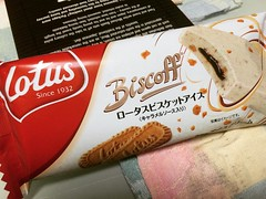 biscoff ice cream, could've had more cookie bits, still a nice treat❤︎  #biscoff #icecream #japan #lotus #セリアロイル #コンビニ