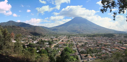 Antigua: vue sur Antigua et le volcan Agua depuis la colline de la Croix