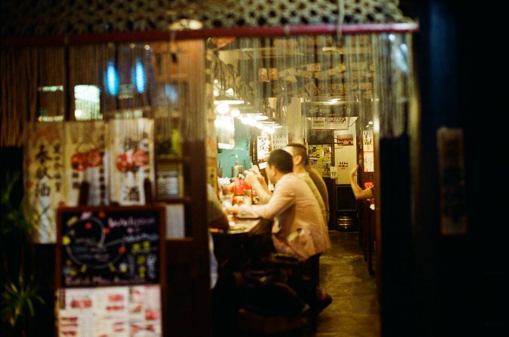 寺町通 京都 Kyoto 2015/09/26 在寺町通隨意逛了一下,那時候準備搭車回到住的地方,有點忘記有沒有又跑去 Book Off 找書,畢竟也過了有點久了,現在。  走到一半路上開始下起小雨,那時候去京都的前幾天都是這樣偶然下起小雨。  走著走著,自己也和雨一起落下,眼淚。  Nikon FM2 Nikon AI Nikkor 50mm f/1.4S Kodak ColorPlus ISO200 0985-0016 Photo by Toomore