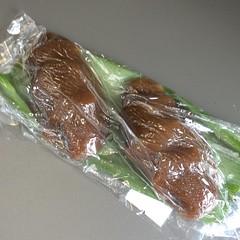 こちらは「えびす餅」固めのがんづきに餡が入っている感じ。なると餅より好み。 #菓子